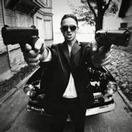 带手枪的欧美男生qq霸气头像图片