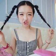 表情搞笑的萌妹子微信自拍头像图片