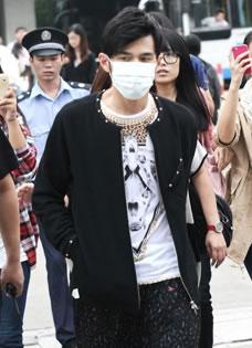 周杰伦口罩遮面现身机场 保安开道遭粉丝跟拍