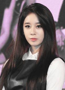 Tara出席活动集体黑色诱惑 性感女王朴智妍皮裙性感出镜