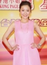 周丽淇粉裙甜美亮相活动 与谢天华搞笑互动