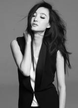 王丽坤黑白写真  展现沉稳大气清新的气质