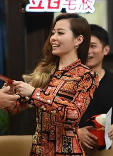 《我是歌手3》张靓颖派发红包 揭秘歌手后台