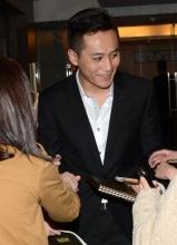 刘烨被粉丝围堵求签名 进电梯不忘送飞吻