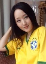 杨钰莹晒巴西球衣美照 为内马尔加油助威