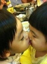 曹格女儿强吻Kimi 俩家预订娃娃亲
