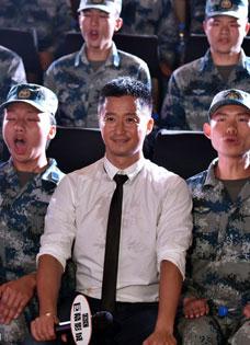 吴京宣传新片《战狼》 迷彩战队为其开路护驾