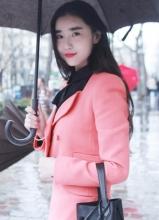 张辛苑娇俏亮相巴黎时装周 偶遇Angela