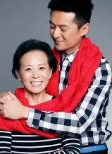 朱雨辰与母亲拍圣诞大片 红色围巾传递母子温馨