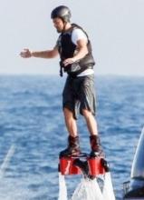 莱昂纳多游轮度假变身钢铁侠 大玩水上项目