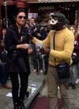 徐静蕾巴黎街头卖艺 与黑哥们同唱引喝彩