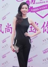 孙菲菲时尚职业装 大秀翘臀长腿展完美身材