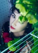 瞿颖魅惑写真 玫瑰簇拥红唇演绎春之物语