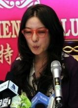赵薇大连宣传致青春 现场卖萌避谈陈坤