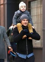 奥兰多·布鲁姆带儿子逛街 小弗林不时吐舌卖萌