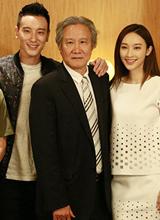 王阳明携张俪回台湾 见父母玩冲浪