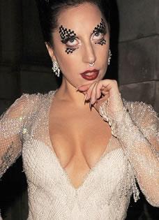 Lady Gaga爆乳出境 奇葩妆容成功博眼球