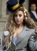 Lady Gaga变身名媛贵妇 街头大秀性感八字奶