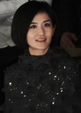 谢娜时尚打扮赴上海看秀 与旁人频频热聊