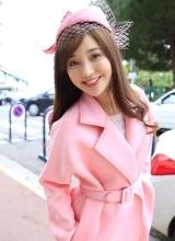 金莎首次戛纳之旅 粉色大衣名媛气质十足