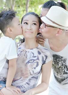 管虎梁静十周年结婚写真 泰国海滩一家四口尽享甜蜜