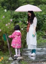 徐铮陶虹带女儿游玩大理 母女嬉耍显情深
