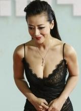 陈紫函现身上海电视节 俯身秀美胸抢镜