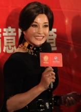 刘晓庆知性装扮亮相 气色俱佳