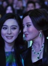 范冰冰向刘晓庆示好 台下热聊似姐妹