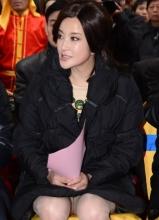刘晓庆出席珠宝店剪彩 黑色三角洲若隐若现