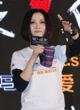 刘心姚贝娜亮相公益 张杰所带口罩拍得一万多