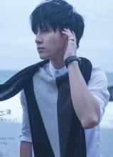 薛之谦新专辑意外写真 清新海边帅气来袭