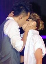 韩庚上海开唱 与舞娘台上激吻
