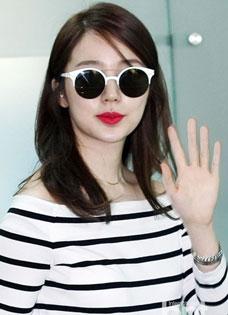尹恩惠机场性感漏肩 潮流搭配亮瞎网友