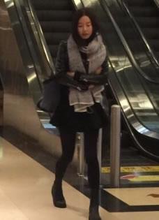 """小三张子萱""""出轨门""""后一身黑衣素颜低调现身机场"""