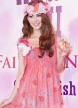 昆凌出席品牌香水代言 低胸小洋装展露小性感