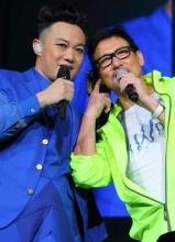 两代歌神同台献唱 陈奕迅见张学友一秒变歌迷