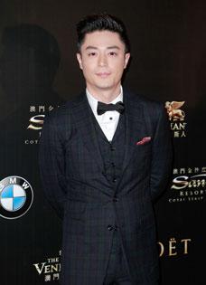 霍建华英伦范十足 帅气出席亚洲电影大奖颁奖典礼