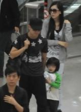 林志颖携老婆儿子现身上海浦东机场
