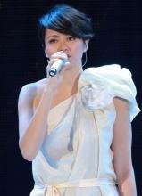 梁咏琪着白色斜肩裙献歌惊艳全场