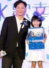陈奕迅来台出席活动 与童星乔乔比鬼脸
