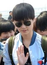 李宇春墨镜现身上海机场 遭粉丝围堵