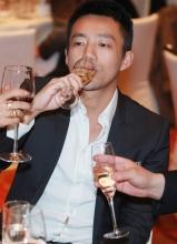 汪小菲出席宴会摆臭脸频豪饮 疑似与大S吵架