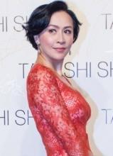 刘嘉玲红色蕾丝短裙亮相 尽显优雅妩媚