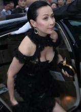 刘嘉玲蕾丝低胸裙王菲下车大开叉