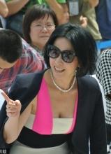 刘嘉玲出席活动受惊吓花容失色