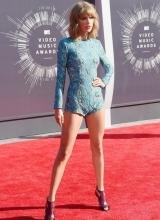 泰勒现身MTV红毯 修大美腿抢镜