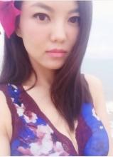 李湘碎花长裙海边漫步 傲人事业线引人羡