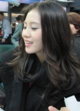 刘诗诗出席某签名会 笑容灿烂美丽