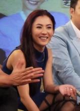 张柏芝节目录制现场调皮可爱 尽显辣妈风格